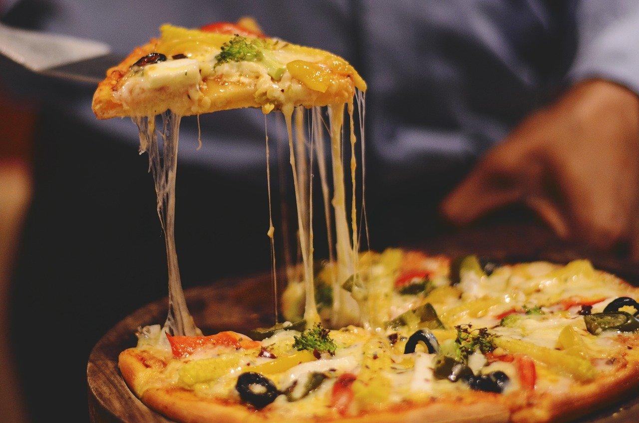 Photo d'une pizza entrant d'être servie